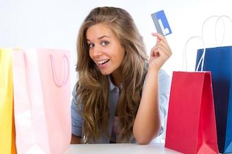 Mujer con tarjeta de crédito y bienes