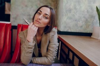 Mujer con un cigarro electrónico