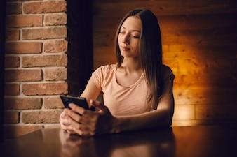 Mujer con un móvil