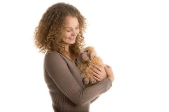 Mujer con un perro de peluche