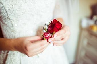 Mujer con un traje de novia y una rosa