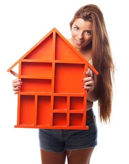 Mujer con una casa en sus manos