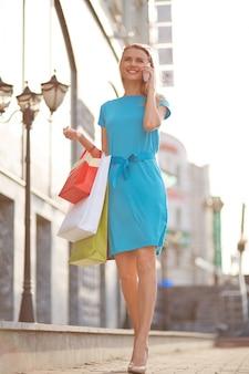 Mujer con vestido azul y tacones