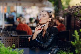 Mujer concentrada fumando