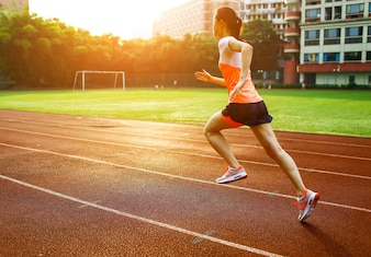 Mujer corriendo al atardecer