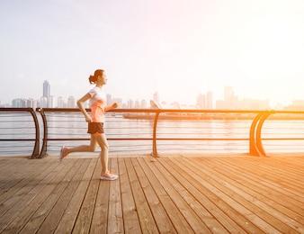Mujer corriendo con el mar de fondo