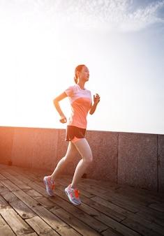 Mujer corriendo en calle