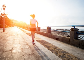 Mujer corriendo rápidamente
