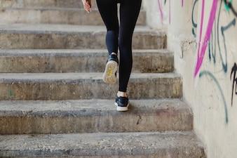 Mujer, corriente, arriba, escaleras, afuera