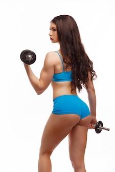 Mujer de espalda levantando una pesa
