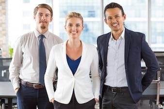 Mujer de negocios con dos hombres de negocios a los lados