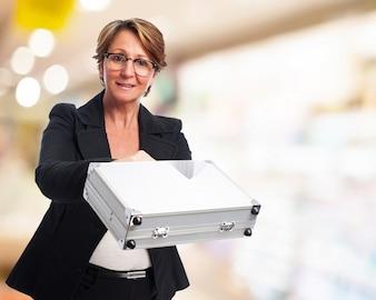 Mujer de negocios con un maletín metálico