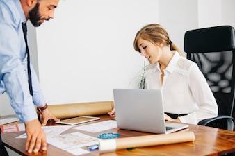 Mujer de negocios en escritorio con portátil
