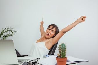 Mujer de negocios feliz celebrando el éxito