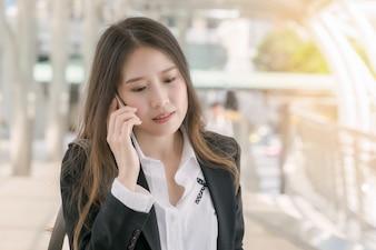 Mujer de negocios hablar con el teléfono