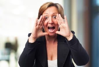 Mujer de negocios mayor gritando