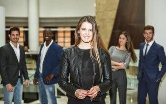 Mujer de negocios sonriente en su lugar de trabajo