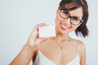 Mujer de negocios sonriente posando con tarjeta de visita
