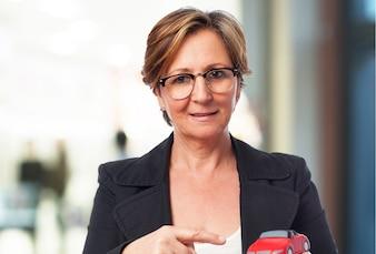 Mujer de negocios sujetando un megáfono