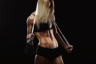 Mujer deportista con una goma elástica