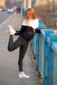 Mujer deportista estirando