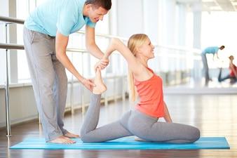 Mujer descalza estirando los músculos