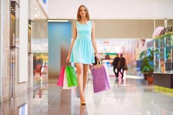 Mujer disfrutando de un dia de compras