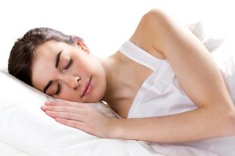 Mujer durmiendo en la cama