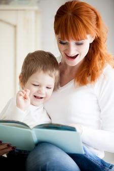 Mujer e hijo sonriendo