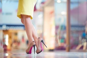 Mujer elegante con tacones marrones