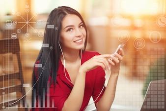 Mujer elegante con un portátil escuchando música