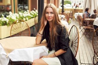Mujer elegante esperando en un restaurante