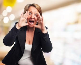 Mujer elegante gritando