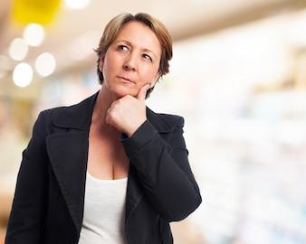 Mujer elegante pensando