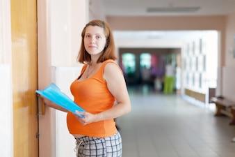 Mujer embarazada acude al médico