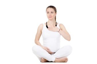 Mujer embarazada tomándose las pulsaciones