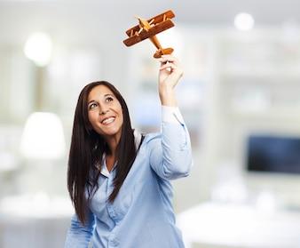 Mujer emocionada con su avión hecho a mano