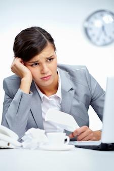 Mujer en el trabajo con dolor de cabeza