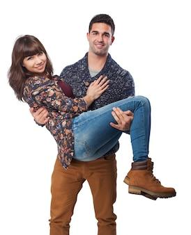 Mujer en los brazos de un hombre
