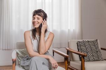 Mujer en silla en casa