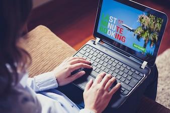 Mujer escribiendo en un portátil