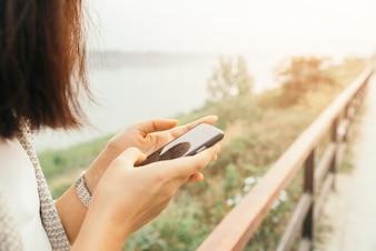 Mujer escribiendo en un teléfono inteligente
