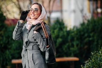 Mujer estilosa disfrutando al aire libre