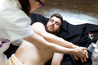 Mujer estirando el brazo de un hombre