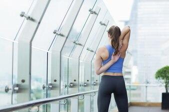 Mujer estirando los brazos por la espalda