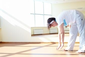 Mujer estirando los músculos