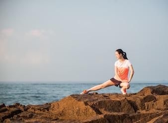 Mujer estirando su pierna