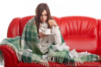 Mujer estrujando un limon en su taza de té