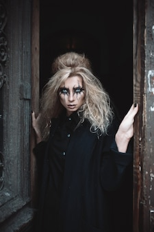 Mujer fantasmagórica con la cara de Halloween pintura