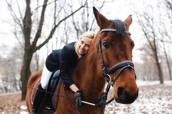 Mujer feliz a caballo